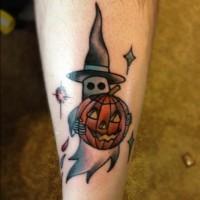 haiioween fantasma con zucca vollante tatuaggio su stinco