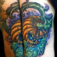 Halloween Stil mehrfarbiges dämonisches Kürbis Tattoo am Ellenbogen