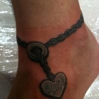 cuore con iscrizione bracciale su caviglia tatuaggio