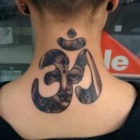Tatuaje en el cuello, símbolo hindú estilizado