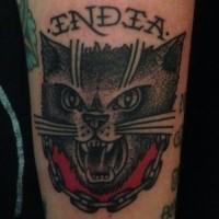 gatto nero aggressivo e catena tatuaggio