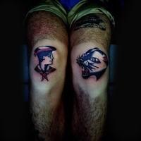 Hausgemachtes im illustrativen Stil Knie Tattoo mit Seemann und schwarzem Panther