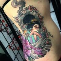 Tatuaje en el costado,  geisha atractiva entre flores