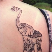 fatto a casa stilizzato dipinto induismo elefante tatuaggio su spalla