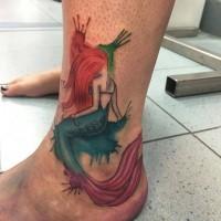 Hausgemachtes im Aquarell-Stil farbiges Meerjungfrau Tattoo am Knöchel