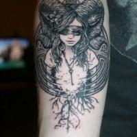 orrificante bianco e nero ragazza diavola tatuaggio su braccio