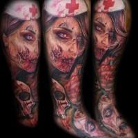 orripilante dipinto e dettagliato infermiera mostro insanguinata con crani tatuaggio avambraccio