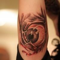 orripilante dipinto grande colorato occhio triste tatuaggio su braccio