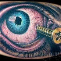 orribile dipinto colorato occhio ferito con chiodo tatuaggio su gamba