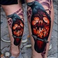 orribile film colorato grande corvo stilizzato con teschio ardente tatuaggiosu gamba