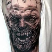 Tatuaje en el hombro, cara detallada de monstruo y reloj simple