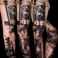 film orrore sene nero e bianco con lettere tatuaggio avambraccio