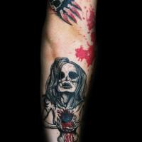 Tatuaje en el antebrazo, mujer zombi de colores negro blanco
