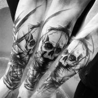 Tatuaggio del teschio umano in inchiostro nero stile horror di Inez Janiak