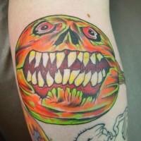 orrore stile colorato zucca pazza tatuaggio su braccio