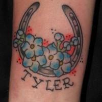 ferro di cavallo con fiore blu e nome tatuaggio