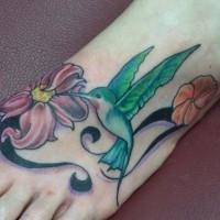 bel uccello  kolibri  su fiore tatuaggio colorato sul  piede