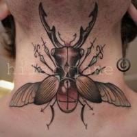 Illustrativer Stil gefärbtes großes Käfer Tattoo am Hals