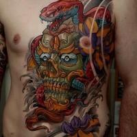 Illustrativer Stil farbiges Brust und Bauch Tattoo mit mystischer dämonischer Maske und Schlange