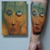Illustrativstil farbiger Unterarm Tattoo des gruseligen Gedichtes mit Kreuz