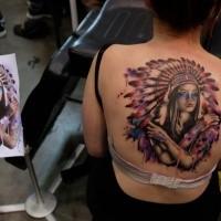 Illustrativer Stil farbige indianische Frau mit Helm Tattoo am Rücken