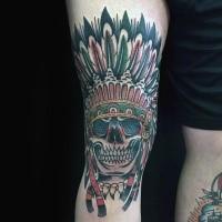 Illustrativer Stil farbiges Bein Tattoo mit indianischem Schädel