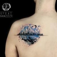 Illustrativer Stil farbiges Schulter Tattoo mit Bergen und großem Wal