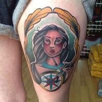 Illustrativer Stil farbiges Oberschenkel Tattoo von indischer Frau mit Kompass