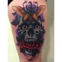 Illustrativstil farbiger Oberschenkel Tattoo des umheimlichen Schädels mit Rose und Käfer