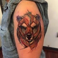 Tatuaggio del braccio superiore colorato in stile illustrativo con la testa d'orso dall'aspetto accattivante
