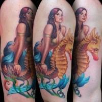 Illustrativer Stil mehrfarbiges Schulter Tattoo von Meerjungfrau mit Seepferdchen