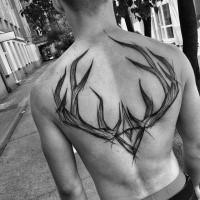 Impressionante tatuaggio posteriore in tinta nera di corna di cervo