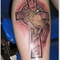 impressionante disegno mani pregando con croce mistica tatuaggio su gamba