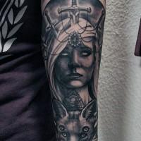 impressionante mistico disegno nero e bianco donna con spada in testa e volpe raccapricciante tatuaggio su braccio