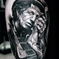 Tatuaje en el muslo, hombre viejo estrella de rock con guitarra