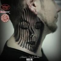 Tatuaje en el cuello, retrato misterioso de mujer divina, colores negro blanco
