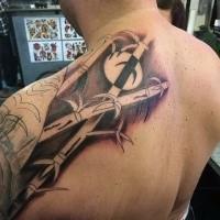 Unglaubliches schwarzes Schulter Tattoo mit großen Bambus Bäumen