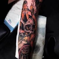 Tatuaje colorido en el antebrazo, cráneo con águila