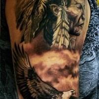 Unglaubliches farbiges Porträt des alten Indianers Tattoo am  halben Ärmel mit Adler