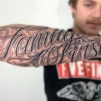 Tatuaje en el antebrazo, inscripción grande elegante con patrón