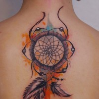 Tatuaje en la espalda alta,  atrapasueños indio precioso