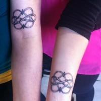 cuore infinito d'amicizia celtica tatuaggio su braccio