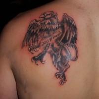 Grauer Greif Tattoo auf der Schulter