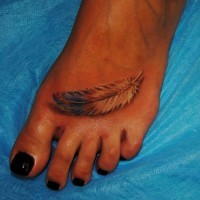 inchiostro piuma tatuaggio su piede di ragazza