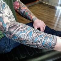 Tatuaje  de estilo biomecánico en el brazo completo