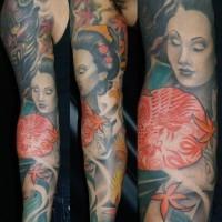 Tatuaggio colorato sul braccio geisha