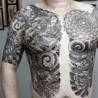 Japanisches traditionelles schwarzes und weißes Brust Tattoo von Tiger mit Blumen und Masken