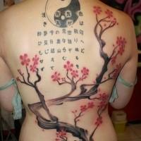 Japanisches traditionelles farbiges Tattoo am ganzen Rücken von blühendem Baum, Schriftzug und Symbol