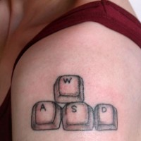 pulsanti della testiera disadattati tatuaggio su spalla