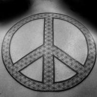 Großes schwarzes und weißes Rücken Tattoo von Pacifik Symbol